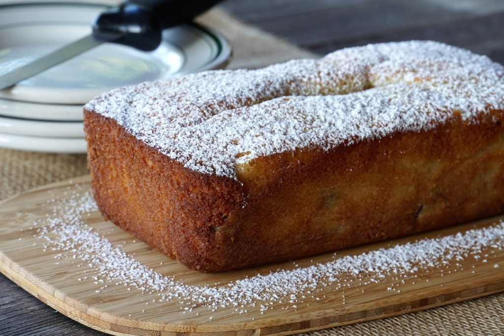 A dusting of icing sugar on the loaf of pound cake