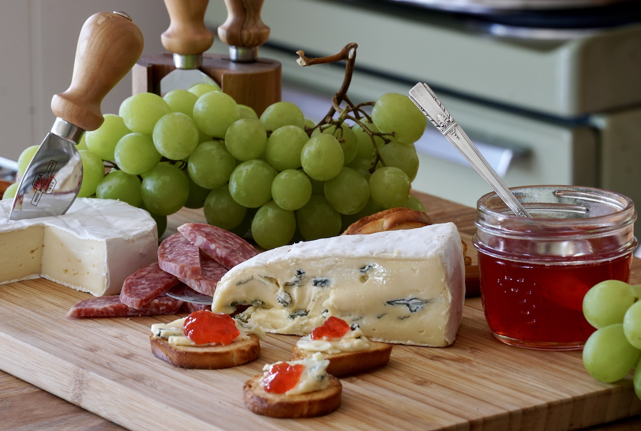 Serving the jelly with cheese and charcuterie